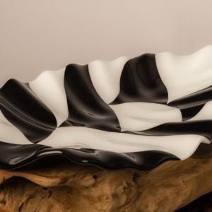 Bladvormige schaal van zwart-wit glas uit eigen atelier