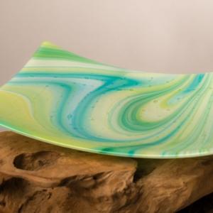 Handgemaakte geel-groen-blauw fruitschaal serveerschaal van glas met luchtbelletjes