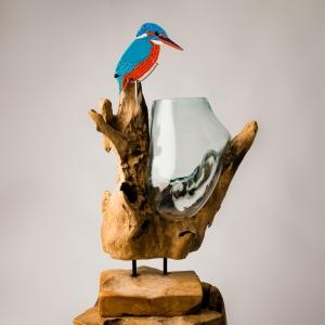 Glazen ijsvogel op boomstronkvaas