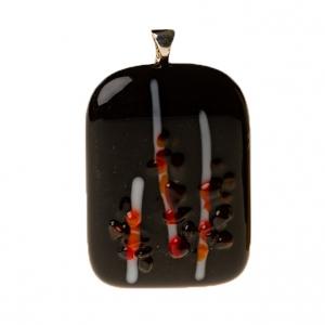 Handgemaakte glashanger met zwart glas en een speels wit rode tekening